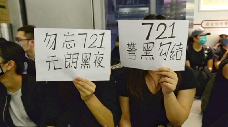 """Người dân đã khởi xướng hoạt động ngồi thiền """"Đừng quên ngày 21/7"""" tại ga Yuen Long để những bi kịch này khỏi bị lãng quên."""