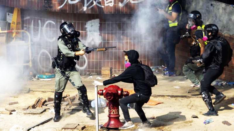 Phong trào phản đối dự luật dẫn độ đã kéo dài gần 7 tháng, những thanh niên biểu tình phái Dũng Vũ xông pha tiền tuyến bất chấp việc bị cảnh sát đánh đập, bắt giữ