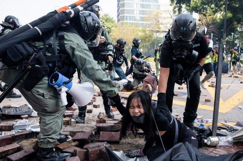 Không chỉ các chàng trai mà còn cả những cô gái, những nữ thanh niên cũng xuống đường vì những nam thanh niên bị bắt giữ.