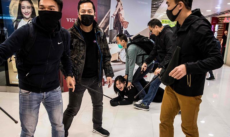 """""""Cảnh sát mặc thường phục"""" chặn người dân và cướp đi 210 ngàn đô la Hồng Kông (ảnh 1)"""