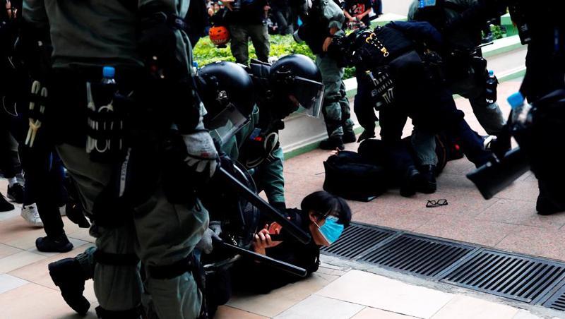 Cảnh sát chống bạo động Hồng Kông trấn áp người biểu tình quận Thâm Thủy Bộ. Ảnh ngày 05/01/2020. Reuters