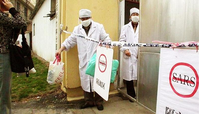 Nhân viên y tế làm việc tại bệnh viện ở Nam Kinh, Trung Quốc, trong bối cảnh bùng phát hội chứng viêm đường hô hấp cấp (SARS), tháng 5/2003.