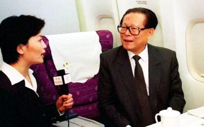 Một bức ảnh Lý Thụy Anh phỏng vấn Giang Trạch Dân đã được phát trên mạng tin tức buổi tối của CCTV, Lý dường như không phải đang phỏng vấn, mà giống như đang làm nũng.