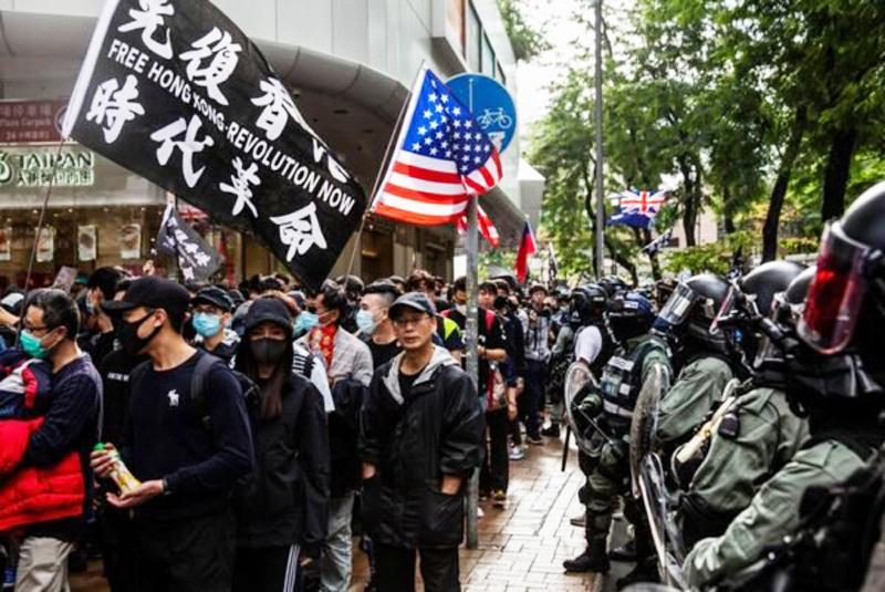 Hơn 10.000 người Hồng Kông đã tổ chức một cuộc diễu hành phản đối ở Sheung Shui, cảnh sát canh phòng ở trên đường.