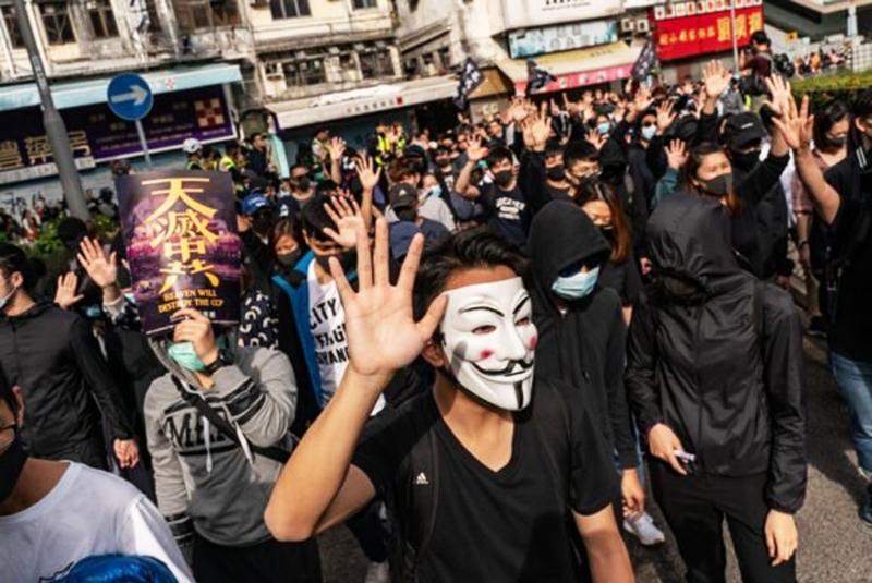 """Người biểu tình hô to các khẩu hiệu như """"5 yêu cầu chính, không thể thiếu một""""; """"đẩy lùi nhập lậu, đầu ra duy nhất"""", đồng thời giơ 5 ngón tay ra biểu thị 5 yêu cầu chính."""