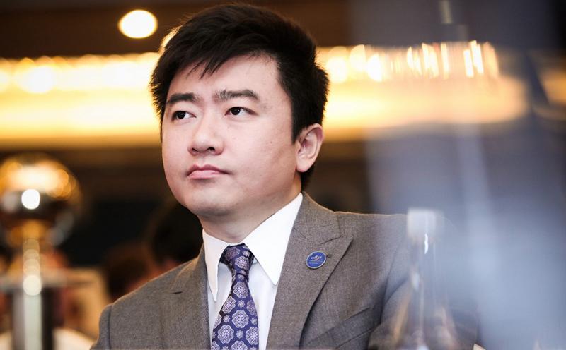 Nhuế Thành Cương, sinh năm 1977, là thủ khoa của kỳ thi tuyển sinh đại học ở Hợp Phì, tỉnh An Huy. Anh ta có vẻ ngoài điển trai, với tài nói tiếng Anh lưu loát