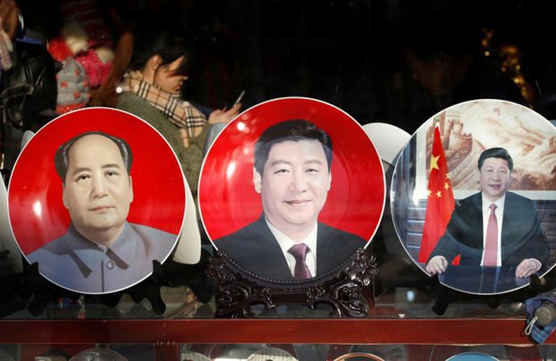 """Trong lịch sử ĐCSTQ, chỉ có Mao Trạch Đông và Hoa Quốc Phong chính thức được gọi là """"lãnh tụ"""". Lần này gọi Tập Cận Bình là """"lãnh tụ nhân dân"""" đã đánh dấu bước ngoặt trong vị thế lãnh đạo của Tập."""