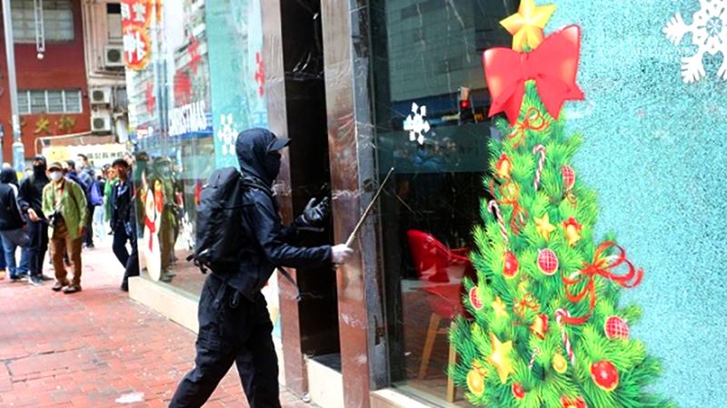 """Hồng Kông: """"Người biểu tình"""" đập phá cửa kính và hô lên """"người nhà"""" với cảnh sát (ảnh 1)"""