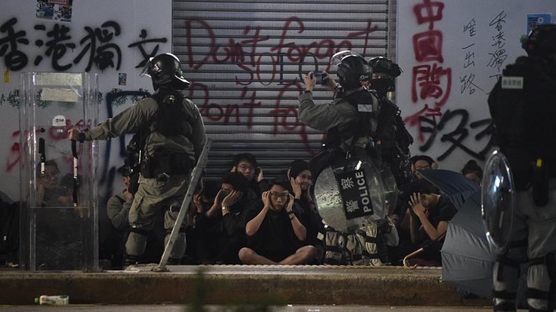 """Hồng Kông: """"Người biểu tình"""" đập phá cửa kính và hô lên """"người nhà"""" với cảnh sát (ảnh 2)"""
