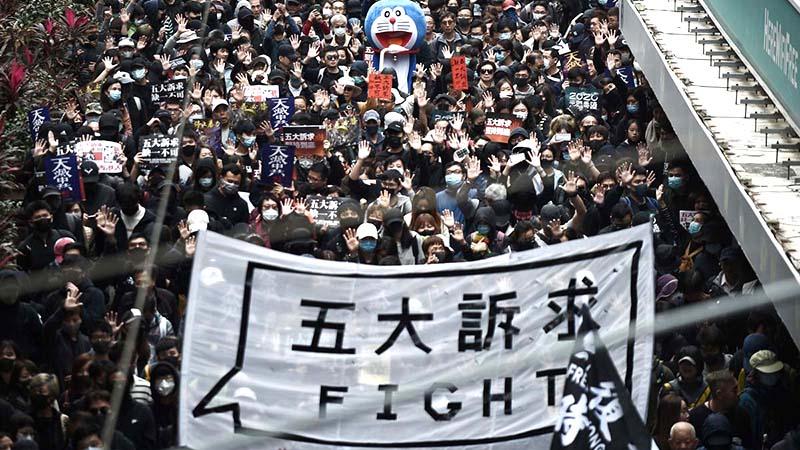 Hàng triệu người HK diễu hành ngày đầu năm mới, cảnh sát ngăn chặn và bắt giữ hơn 400 người (ảnh 1)