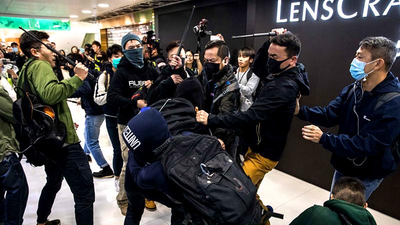 Cảnh sát Hồng Kông diễn trò tự ngã để đổ tội cho người biểu tình tấn công (ảnh 1)