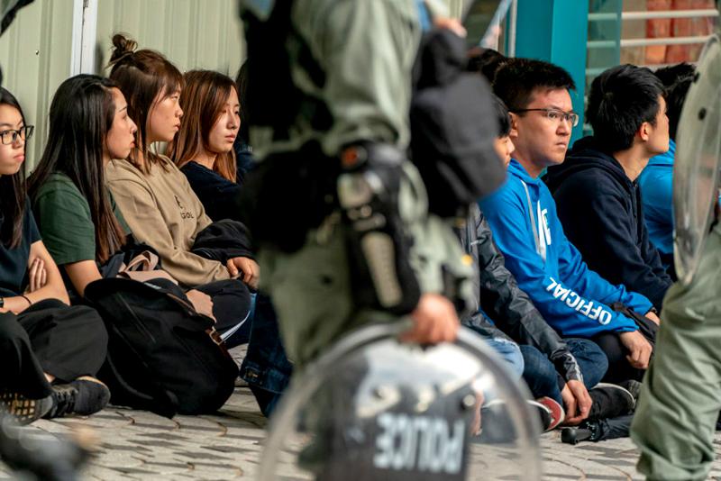 """Cảnh sát Hồng Kông """"làm phản"""" cởi đồng phục tham gia biểu tình (ảnh 2)"""