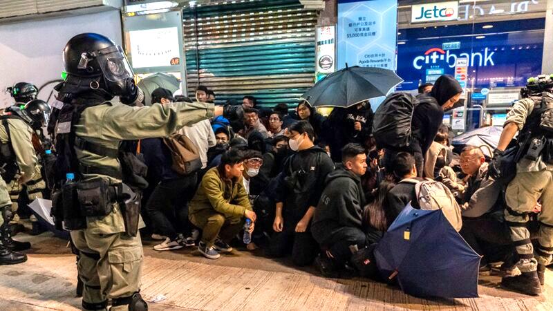 Từ khi diễn ra phong trào phản đối dự luật dẫn độ ở Hồng kông đến này, thường xuyên lộ ra thông tin là cảnh sát Trung Quốc đã cải trang thành cảnh sát Hồng Kông để đàn áp người biểu tình
