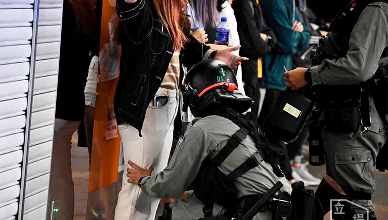 Cảnh sát Hồng Kông 'giở trò' khám xét để sờ soạng một người phụ nữ ở trên đường (ảnh 1)