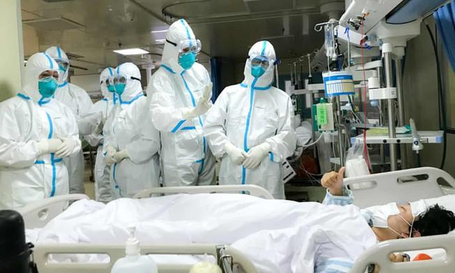 Các bác sĩ tại thành phố Vũ Hán đang chăm sóc cho một bệnh nhân nhiễm virus Corona.