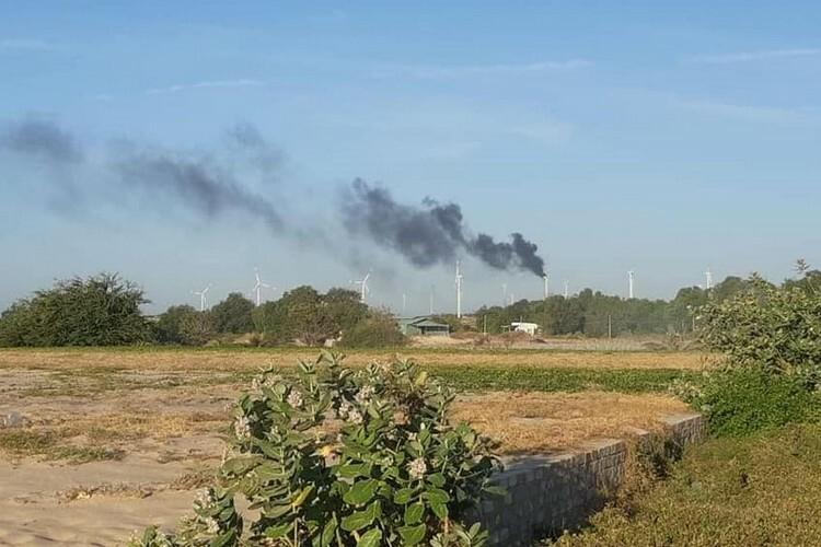 Khói bốc cao từ tuabin điện gió ở Nhà máy Phong điện 1, Tuy Phong.