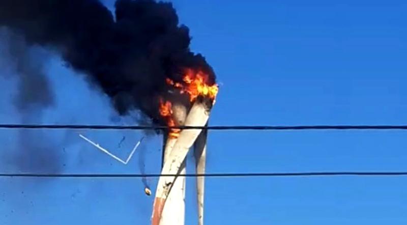 Chiếc tuabin điện gió ở Bình Thuận bất ngờ bốc cháy rồi nổ tung. (Ảnh qua dantri)