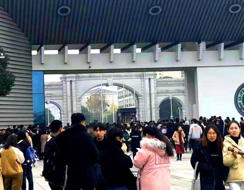 Hàng ngàn sinh viên Chiết Giang kháng nghị phản đối việc thay đổi tên và thể chế trường học (ảnh 3)