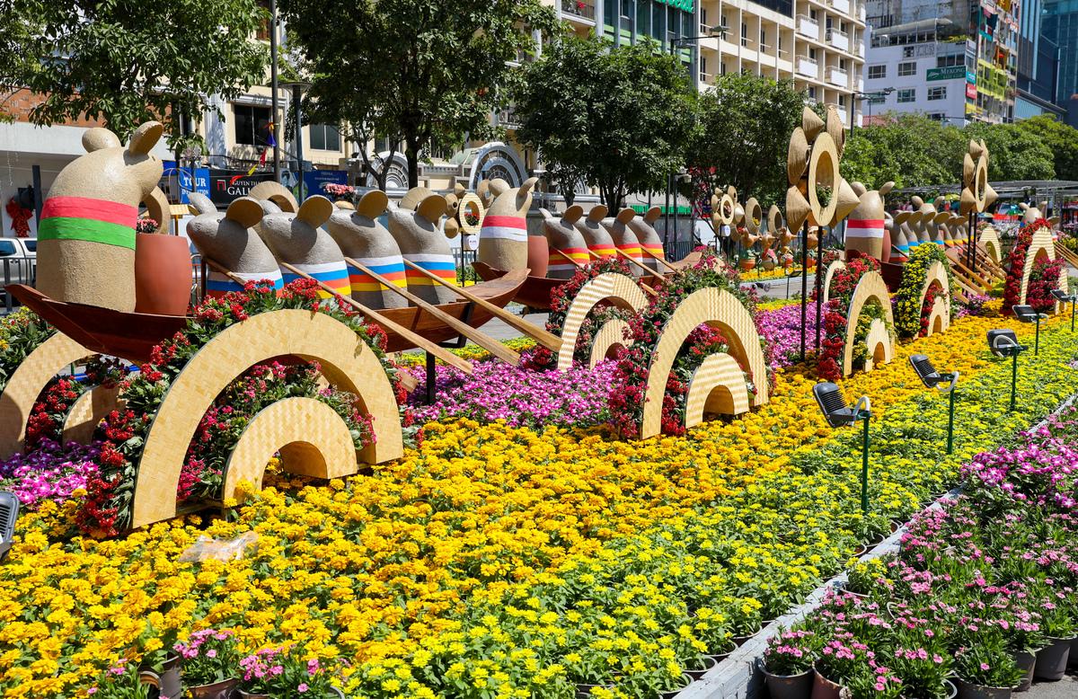 Đường hoa Nguyễn Huệ năm nay mang đậm sắc thái văn hóa truyền thống. (Ảnh qua thanhnien)