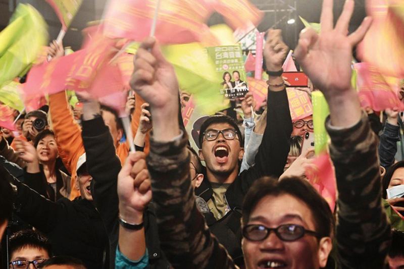 Người ủng hộ bà Thái Anh Văn ăn mừng chiến thắng sau khi kết quả sơ bộ của ngày bầu cử được thông báo.
