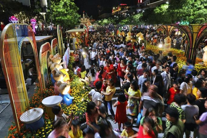 Ở các tiểu cảnh bên trong đường hoa Nguyễn Huệ đông nghịt người xem và chụp hình lưu niệm. (Ảnh qua vnexpress)
