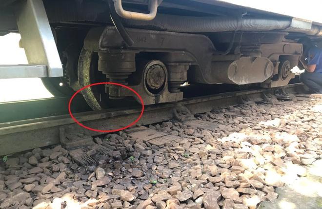 Đường sắt Bắc Nam Đoàn tàu SE3 bị trật bánh trên đỉnh đèo Hải Vân-ảnh 2