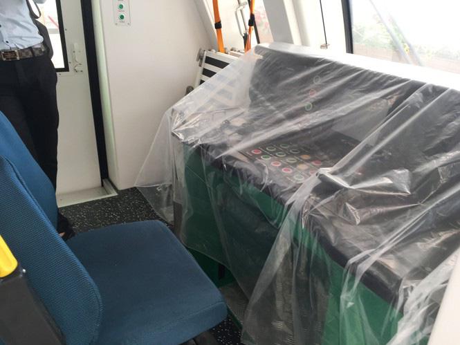 Hệ thống các đoàn tàu và máy móc vận hành nằm im trong trong 'kho' và phủ bạt thường xuyên. (Ảnh qua tienphong)