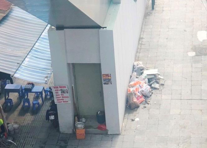 Nhiều cửa ra vào thang máy ở chân các ga, tình trạng lấn chiếm, đổ phế liệu diễn ra phổ biến. (Ảnh qua tienphong)