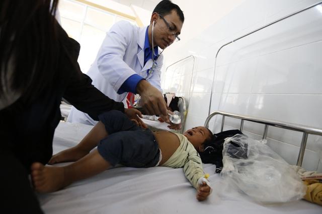Gần 100 trẻ em nhập viện sau bữa cơm từ thiện.