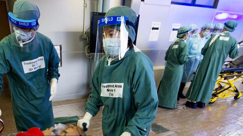 Bệnh viện Tuen Mun đã tiếp nhận một bệnh nhân nữ có triệu chứng nhiễm trùng đường hô hấp trên và sốt vào ngày 31 tháng 12 năm 2019.