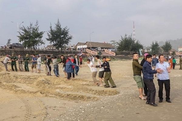 Hà Tĩnh Đi tắm biển, 2 em học sinh bị sóng cuốn mất tích2