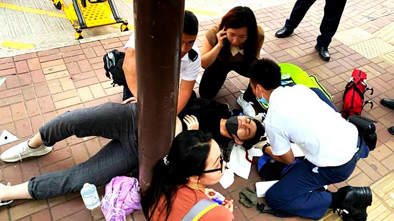 Bác trai bị cảnh sát Hồng Kông hành hung chảy máu ròng ròng sau gáy (ảnh 2)