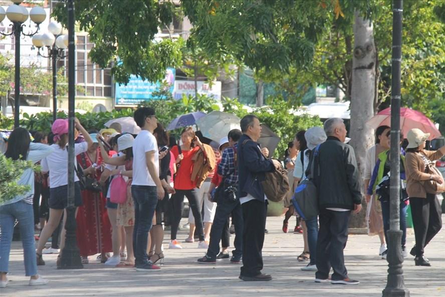 Khách Trung Quốc đến du lịch ở Nha Trang, Khánh Hòa. (Ảnh qua laodong)