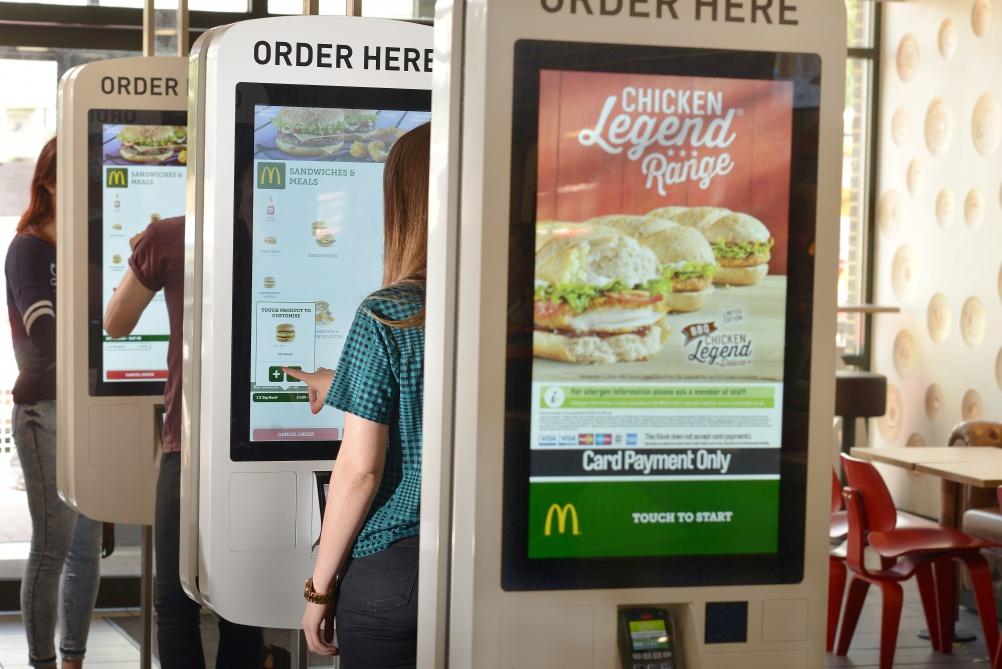 Theo Giám đốc điều hành của McDonald - Steve Easterbrook, thì khách hàng của họ chi tiêu trung bình cho các ki-ốt nhiều hơn