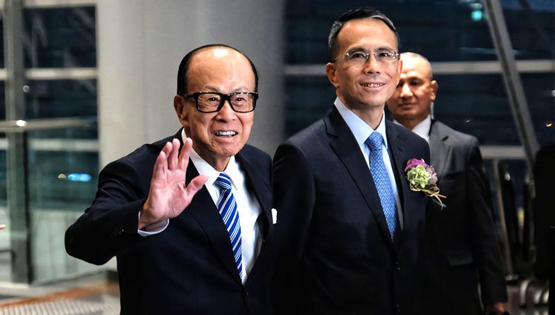 Cha con Lý Gia Thành đều xuất hiện và nói về tình hình hiện tại ở Hồng Kông (ảnh 1)