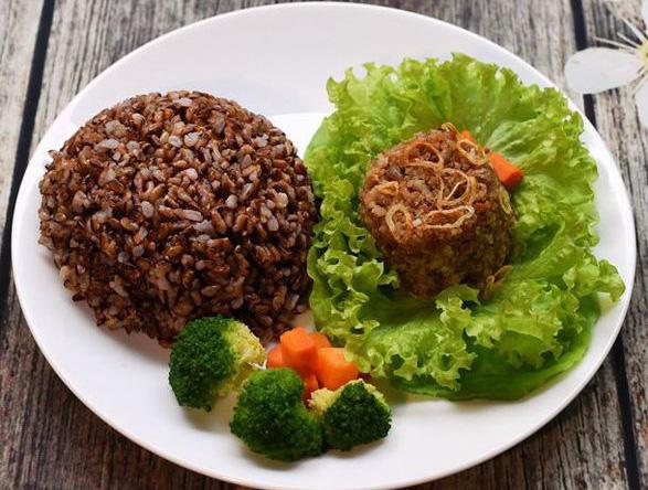 Nhiều người chọn cách ăn thực dưỡng để chữa bệnh. (Ảnh qua nld)
