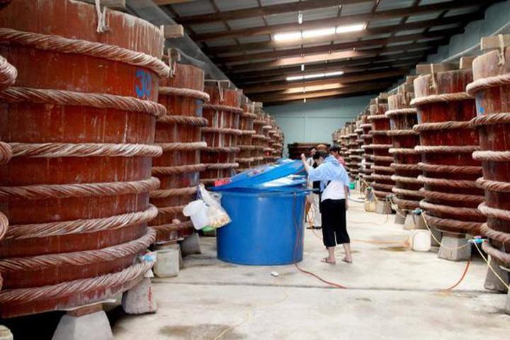 Một nhà thùng làm nước mắn tại Phú Quốc. (Ảnh qua tuoitre)