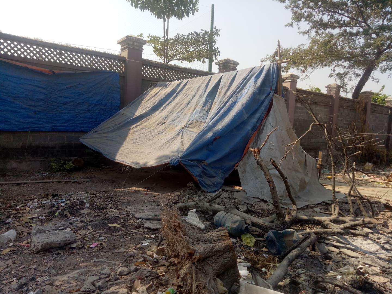 Những căn chòi phủ bằng bạt rách, nơi sinh sống đón tết của các hộ gia đình bị cưỡng chế thu hồi đất đai.