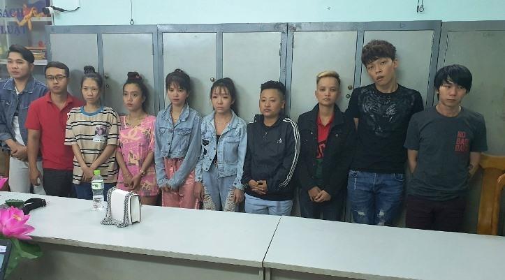 Nhóm người lừa đảo bị tạm giữ.