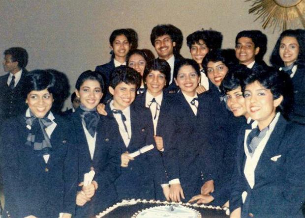 Neerja (ngoài cùng bên phải) cùng phi hành đoàn của chuyến bay Pan Am 73.