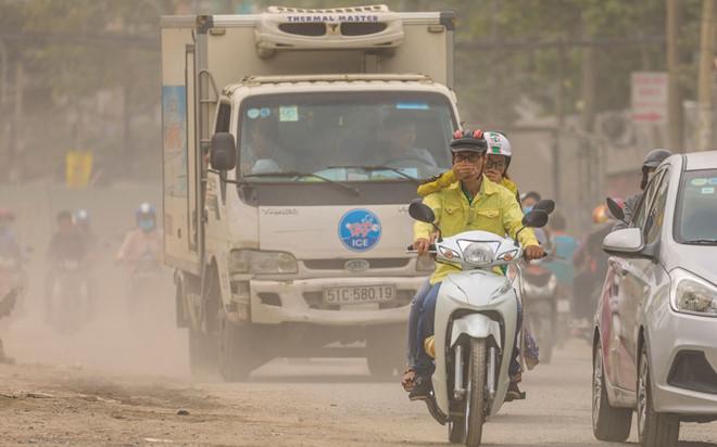 Ô nhiễm không khí khiến đường phố luôn xuất hiện màu trắng đục.