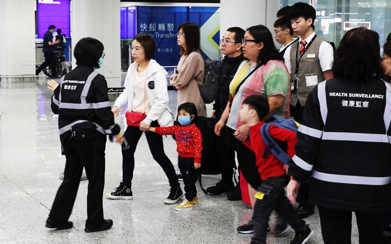 Khách nhập cảnh phải kiểm tra thân nhiệt tại sân bay Hong Kong.