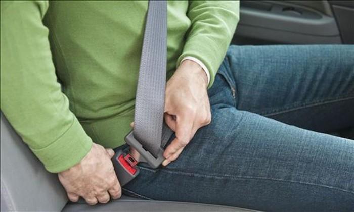 Phạt 500.000 đồng đối với người ngồi ghế sau ô tô không thắt dây an toàn