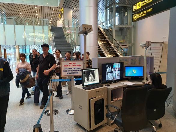 Quy trình kiểm tra thân nhiệt tại sân bay Đà Nẵng. (Ảnh qua tuoitre)