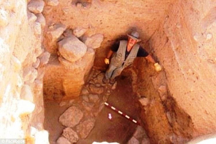 Nhóm trưởng dự án khai quật, ông Steven Collins ở bên trong một trong những bức tường dày của thành phố Tall el-Hammam