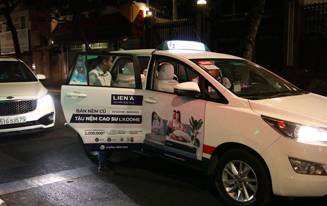 Anh Phú đón taxi về sau khi bị CSGT giam xe. (Ảnh qua thanhnien)