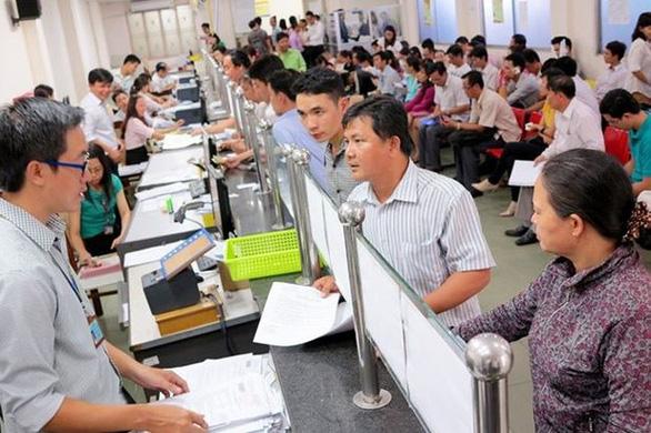 Bộ Nội vụ đang dự thảo nghị định điều chỉnh tăng lương cơ sở cho công chức, viên chức. (Ảnh qua tuoitre)
