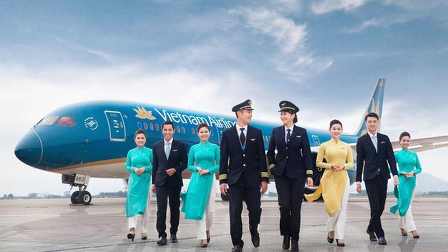 Tiếp viên trưởng Vietnam Airlines bị kiểm tra vì nghi buôn lậu thuốc lá, dầu xoa bóp. (Ảnh qua cafef)