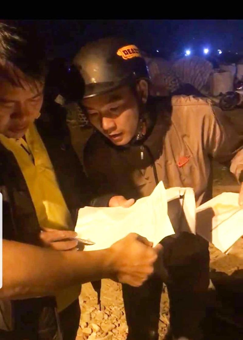 Hàng trăm người dân Đà Nẵng bới tung bãi rác tìm bằng được 27 cuốn hộ chiếu cho du khách. (Ảnh qua thanhnien)