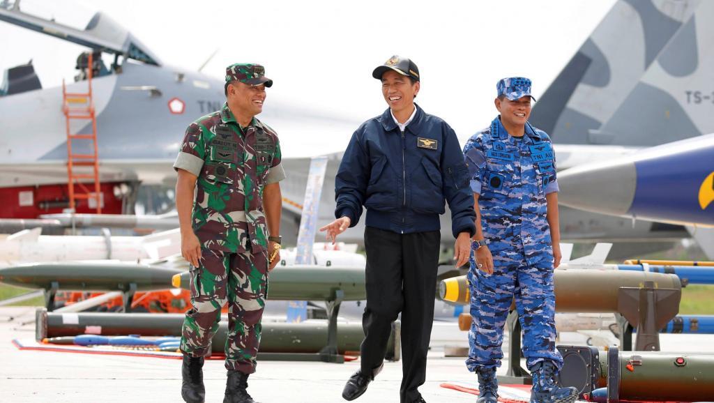 Tổng thống Joko Widodo (giữa) trong chuyến thị sát cuộc diễn tập quân sự ở quần đảo Natura vào tháng 10/2016. (Ảnh qua Reuters)
